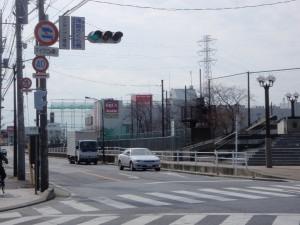 そのスクランブル交差点を左に ...